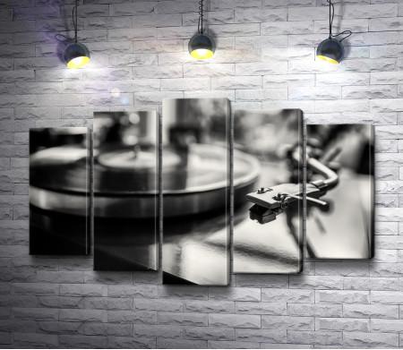 Виниловая пластинка в проигрывателе, черно-белое фото