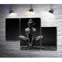 Девушка занимается йогой, черно-белое фото