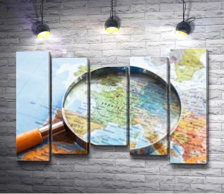 Политическая карта мира и лупа