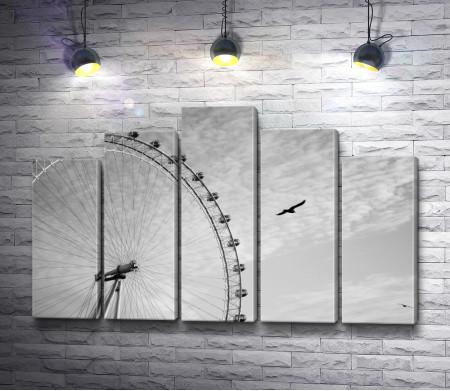 Птица над колесом обозрения Лондонский глаз, черно-белое фото