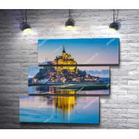 Фантастический вид на Аббатство Мон-Сен-Мишель с ночной подсветкой, Париж