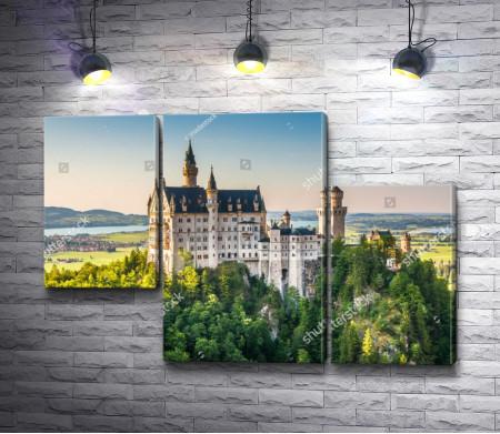 Замок  Нойшванштайн, возвышающийся над лесами, Швангау, Германия