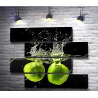 Зеленые яблоки падают в воду
