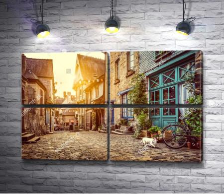 Улочка старого города в Европе в лучах солнца