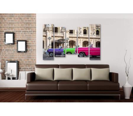 Яркие ретро-автомобили на парковке