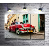Красный ретро-автомобиль на улицах Кубы