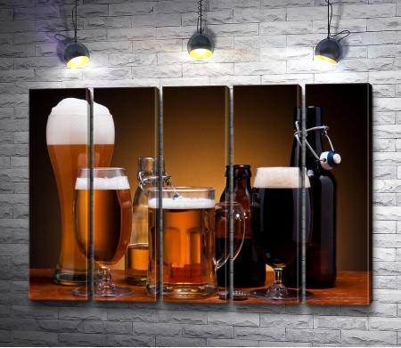 Пивное ассорти в стаканах и бутылках