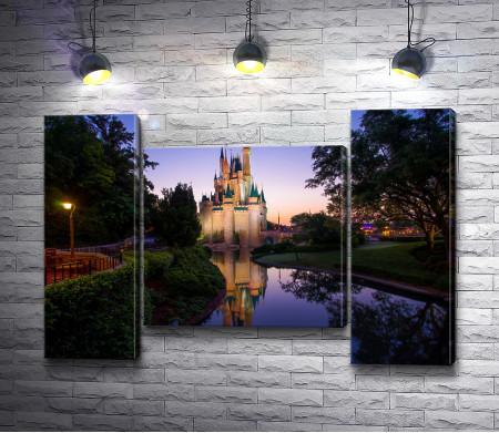 Сказочный замок на берегу водоема