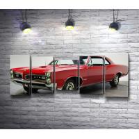 Красный ретро-автомобиль Pontiac GTO 1966