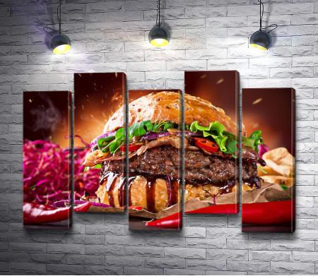 Гамбургер с овощами и мясным стейком