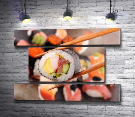 Ролл с лососем, омлетом и огурцом