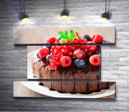 Бисквит с шоколадом и свежими ягодами