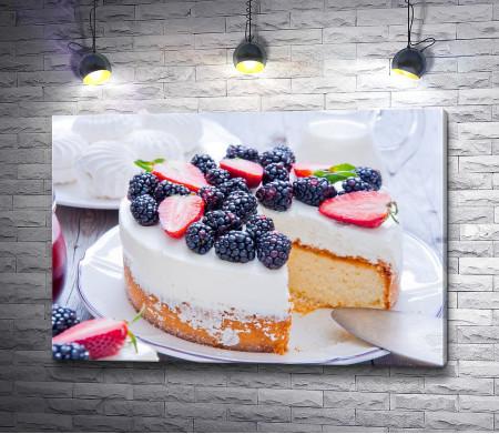 Бисквит с кремом и свежими ягодами
