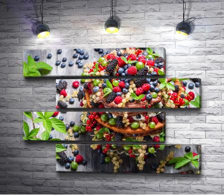 Торт, усыпанный ягодами