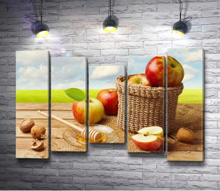 Яблоки в плетеной корзине и мед