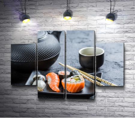 Японские суши с палочками и чай