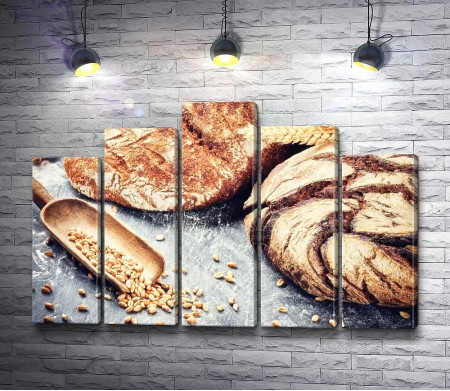 Свежий хлеб с колосьями пшеницы