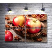 Свежие яблоки с палочками корицы и бадьяном