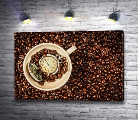 Карманные часы в чашке кофе