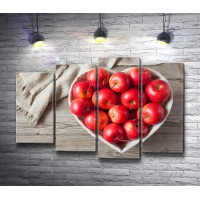 Яблоки в вазе в форме сердца