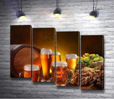 Бочка и бокалы с янтарным пивом