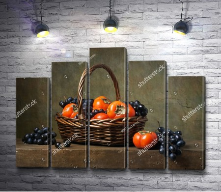 Хурма и виноград в корзине