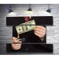Мужчина подпаливает банкноту