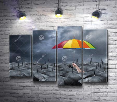 Яркий зонт среди черных