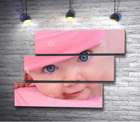 Младенец в розовой шапочке