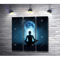 Женщина в асане на фоне Луны