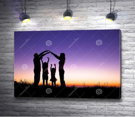 Счастливая семья на фоне сиреневого заката