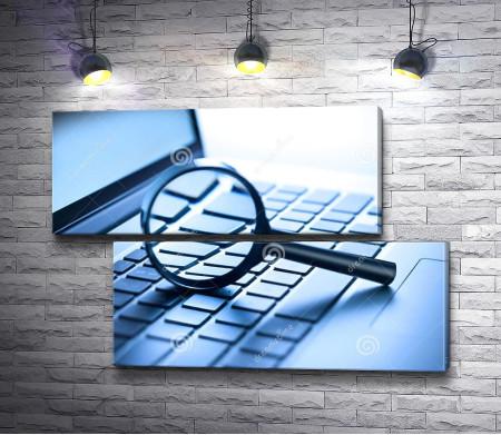 Ноутбук и лупа