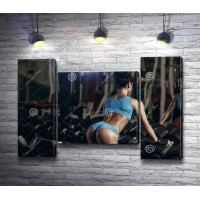 Фитнес девушка в спортзале с гантелями