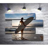Девушка с доской для серфинга на пляже