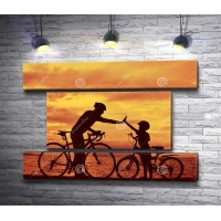 Семья на велосипедах во время заката
