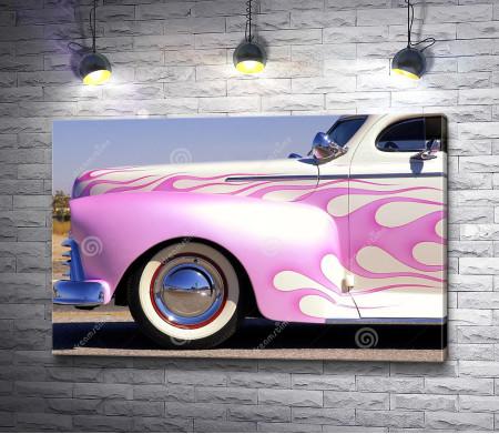 Розовый ретро-автомобиль