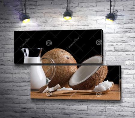 Кокос и кокосовое молоко в графине