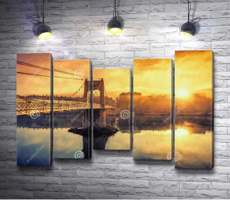 Золотой восход солнца над мостом
