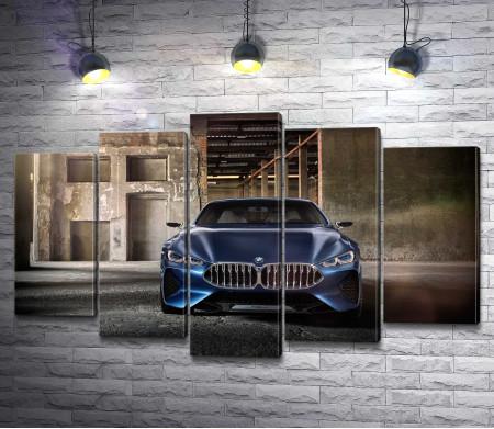 Синий BMW 8 Series н заброшенном складе
