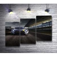 Серый автомобиль Mercedes-AMG GT на дороге