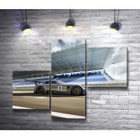 Гоночный автомобиль Mercedes-AMG GT перед заездом