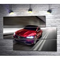 Красный автомобиль Mercedes-AMG GT на трассе
