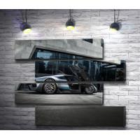 Автомобиль Mercedes-AMG Project One  цвета металлик возле бизнес центра