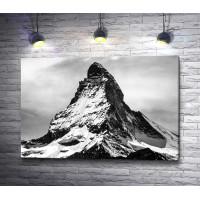 Вершина горы в черно-белой гамме