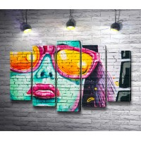 Портрет девушки на стене