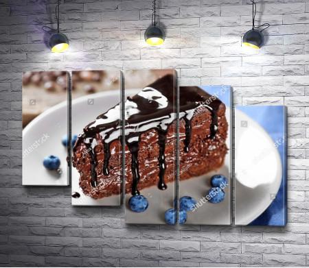 Шоколадный кусочек бисквита