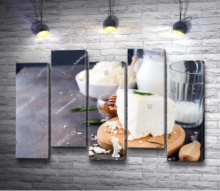 Молочные продукты на деревянном столе