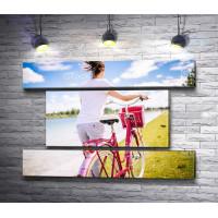 Девушка катит велосипед