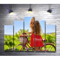 Девушка с розовым велосипедом