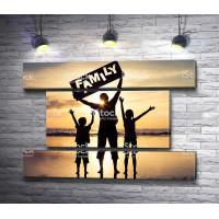 Счастливая семья в лучах рассвета
